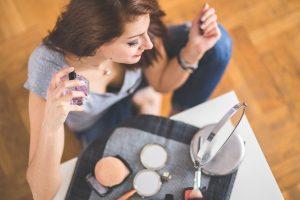 香水をつける女性の画像