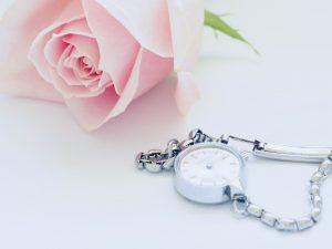 花と時計の画像