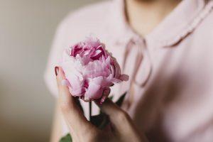 花を持つ女性の画像