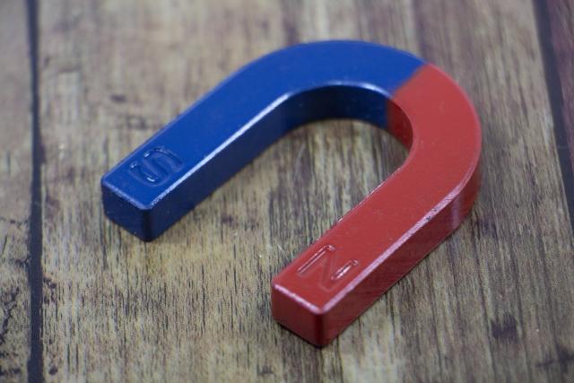 「磁石に反応するか確認する」のイメージ画像
