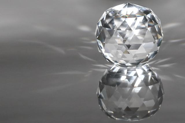 「ダイヤモンドの見分け方その4:光」のイメージ画像