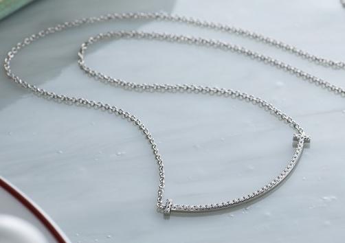 「【Tスマイルペンダント スモール ダイヤモンド K18 WG】ダイヤモンドでワンランクアップの演出」のイメージ画像