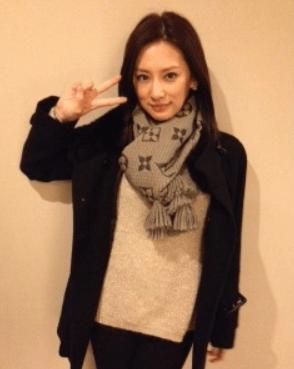 「北川景子さんが着用の【エシャルプ ロゴマニア  マフラー】」のイメージ画像