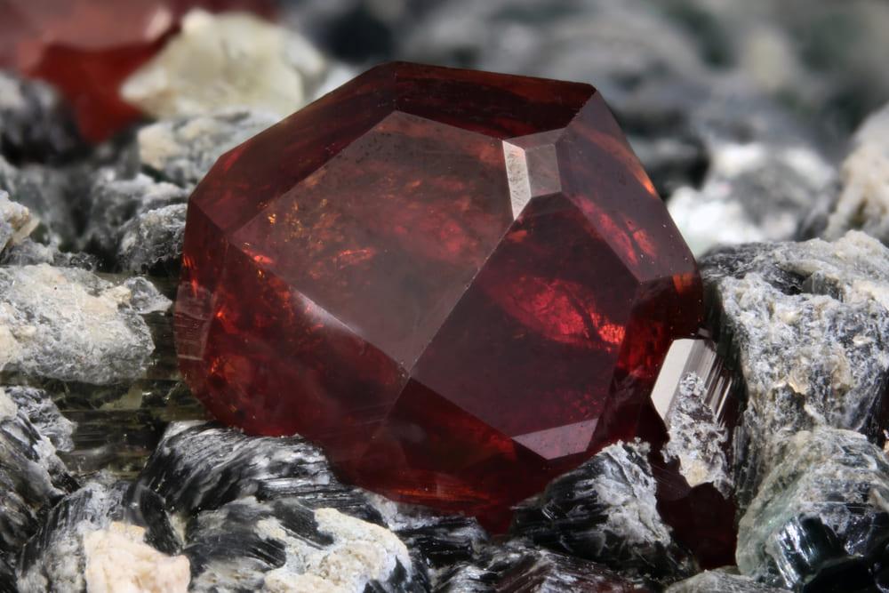 「赤い色の宝石.4「ヘソナイト・ガーネット」」のイメージ画像
