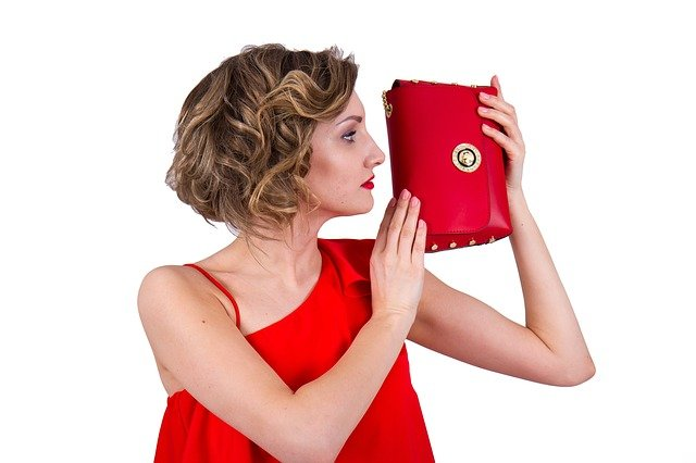 女性とバッグ